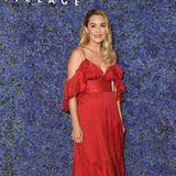 """Was für eine Verwandlung: Auf einer Eröffnungsgala in Pacific Palisades erscheint die ehemalige """"The Hills""""-Darstellerin in einem Traum von Kleid. Die Farbe Rot steht der hübschen Blondine großartig. Seit ihrem Ausschied bei """"The Hills"""" widmet sich Lauren ihrer eigenen Modekollektion und feiert mit """"LC Lauren Conrad"""" große Erfolge."""