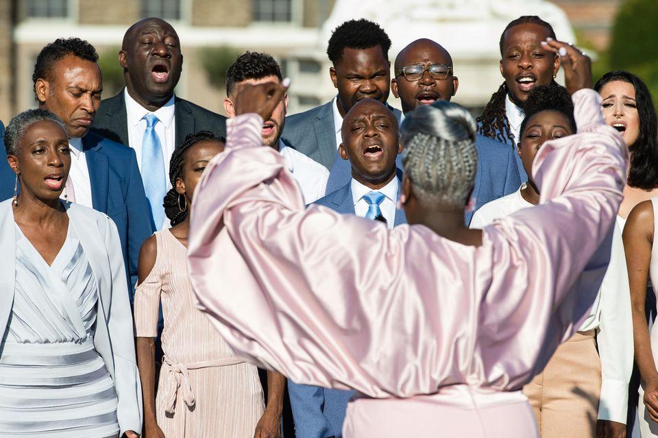 """""""The Kingdom Choir"""" dirigiert von Karen Gibson"""