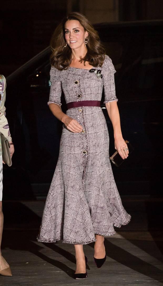 """Das Kleid stammt aus der Frühjahr/Sommer-Kollektion dieses Jahres und hat eine ganz besondere Inspirationsquelle: Die Queen und ihre Liebe für Jazz. Nach ausgiebiger Recherche in den Kleiderschränken des Palastes nahm er die junge Queen, die er sich in den Jazzclubs im New Yorker Viertel """"Harlem"""" vorstellte. """"Der Austausch zwischen diesen zwei Welten hat sich wunderschön angefühlt."""" Auch Herzogin Catherine hat sich schon oft vom Oberhaupt der Royal Family inspirieren lassen - das Kleid ist also eine wirklich perfekte Wahl."""