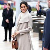 Noch vor ihrer Hochzeit mit Prinz Harry besuchte Herzogin Meghan Belfast. Dort trug sie ebenfalls die Samt-Pumps von Jimmy Choo - doch sind es wirklich dieselben, die nun Catherine trug?
