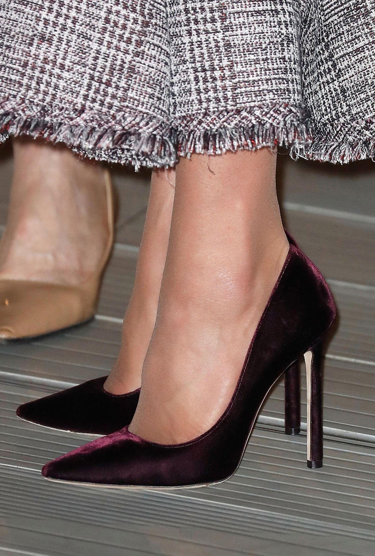 Kate wählt zu ihrem Erdem Kleid bordeauxfarbene Samt-Pumps von Jimmy Choo. Auch Meghan besitzt exakt dasselbe Modell. Hat sich Catherine etwa von ihrer Schwägerin die Schuhe ausgeliehen?