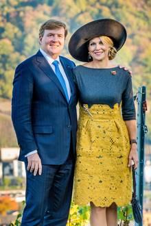 10. Oktober 2018  Besonders Königin Máxima verzaubert die Deutschen: Neben ihrem Ehemann, König Willem-Alexander, stahlt sie in die Kamera für ein schönesPorträt vor herbstlicher Kulisse.