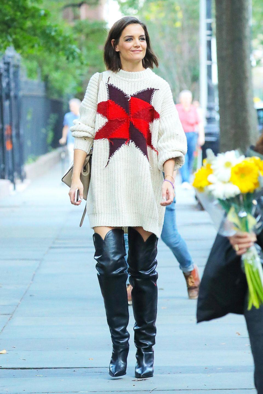 Eigentlich ist Katie Holmes für ihre Stilsicherheit bekannt. Dieses Outfit ist allerdings eher fraglich. Zum herbstlichen Oversize-Pullover kombiniert der Hollywoodstar schwarze Overknees. Zwei Kleidungsstücke, die in diesem Fall leider gar nicht miteinander harmonieren. Katie hätte beispielsweise lieber zu braunen Wildlederstiefeln greifen sollen.