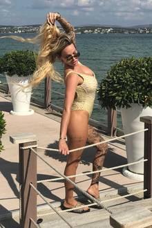 9. Oktober 2018  Am Strand in der Türkei weiß es sich Gina Lisa Lohfink in Szene zu setzen. Lasziv greift sich die Blondine ins Haar und präsentiert ihre mächtigen Tattoos.