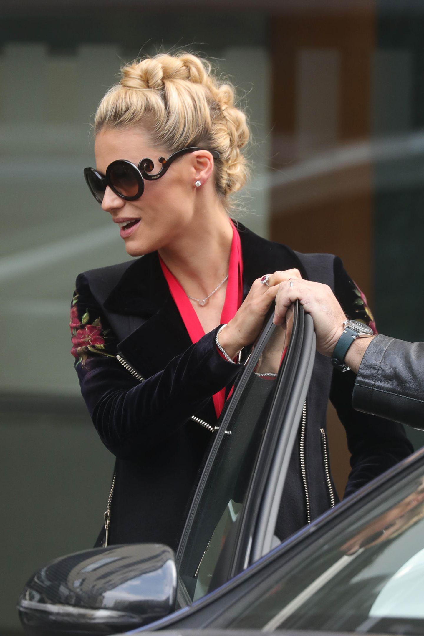 10. Oktober 2018  Michelle Hunziker präsentiert sich beim Verlassen des Trussardi Restaurants in Mailand in einem ganz neuen Look. Statt langer, blonder Mähne trägt die schöne Moderatorin eine angesagte Flechtfrisur und eine auffällige Sonnenbrille.