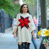 10. Oktober 2018  Katie Holmes trotzt den sinkenden Temperaturen mit kuscheliger Kleidung, die schon im Herbst Lust auf Wintermode macht. Bei einem Spaziergang in New York setztdie Brünette auf einen kuscheligen Statement-Pullover, der dank des Oversize-Schnitts als legeres Kleid durchgeht. Auf dem Trendteil ragtein aufgenähter Stern in Rot und Lila hervor, der einen Touch von Weihnachten versprüht.