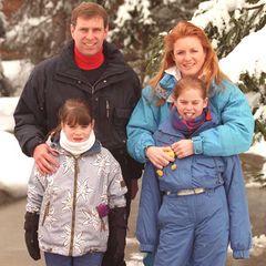 """1999 entsteht dieses Familienfoto im schweizerischen Verbier. Zusammen mit Prinz Andrew, Sarah """"Fergie"""" Ferguson und Prinzessin Beatrice posiert die kleine Eugenie für die Fotografen. Wer hätte damals gedacht, dass sie an genau diesem Ort ihren späteren Ehemann kennenlernt?!"""