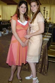 Während Prinzessin Eugenie 2005 noch auf flache Ballerinas setzt, hat Prinzessin Beatrice Wedges für sich entdeckt. Ein Schuhmodell, das ihrer Oma, der Queen, so gar nicht gefällt.