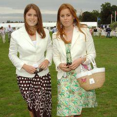 Zu einem Polo Cup in Windsor im Jahr 2004erscheinen die Prinzessinnen fast im Partnerlook. Beide tragen weiße Blazer und gemusterte Kleider.