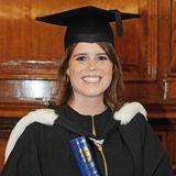 Das schönste Accessoire am Tag ihrer Graduation ist wohl ihr strahlendes Lächeln. Prinzessin Eugenie studiert an der Universität in Newcastle Kunstgeschichte und Englisch, 2012 schließt sie ihr Studium erfolgreich ab.