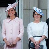 Neben einer strahlenden Herzogin Catherine mit Babybauch aufzufallen ist schwierig. Deswegen setzt Prinzessin Eugenie auf klassische Schnitte und wenig Farbe. Ein weißes Mantelkleid mit schwarzem Taillengürtel und ein Hut mit blauem Band reichen.
