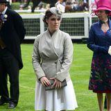 In einem zweifarbigen Mantel und mit hellem Faszinator macht Prinzessin Eugenie eine damenhafte Figur. 2014 scheint sie ihren Stil gefunden zu haben: klassisch und elegant.