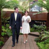 """Was fast als Brautlook durchgehen könnte, ist nur der Look, den Prinzessin Eugenie 2016 für die """"Chelsea Flower Show"""" in London wählt. Auch das kleine Bouquet, das sie in den Händen hält, könnte als Brautstrauß durchgehen."""