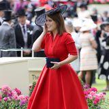 2017 legt Prinzessin Eugenie in einem knallroten Kleid einen echten Wow-Auftritt hin. Die schwarzen Accessoires machen den klassischen Look perfekt.