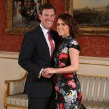 Mit diesem Foto verkünden Jack Brooksbank und Prinzessin Eugenie im Januar 2018 offiziell ihre Verlobung. In einem Erdem-Kleid mit Blumenmuster präsentiert die Enkelin der Queen zudem ihren auffälligen Verlobungsring.