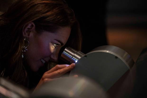10. Oktober 2018  Bei der Eröffnung des neuen Fotografie Centers im Victoria und Albert Museum in London will Herzogin Catherine sich alles ganz genau anschauen.