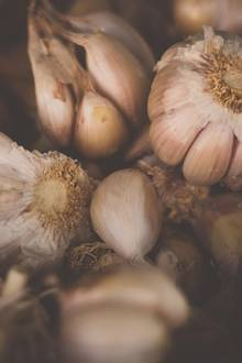 """Ja, auch wenn man nach dem Verzehr """"etwas"""" stinkt, Knoblauchwirkt als pflanzliches Heilmittel gegen Bakterien und Pilze."""