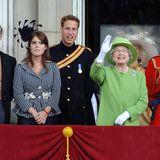 """Auf dem berühmten Balkon des Buckingham Palastes zeigt sich Prinzessin Eugenie jedes Jahr mit ihrer Familie beim """"Trooping the Colour""""-Event. 2007 wählt sie für diesen Anlass einen gestreiften Blazer und einen auffälligen, schwarzen Faszinator."""