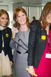 Nur wenige Jahre später ist die junge Prinzessin schon ein echter Profi: 2001 besucht sie mit ihrer Mutter und ihrer Schwester ein Charity-Event in London.