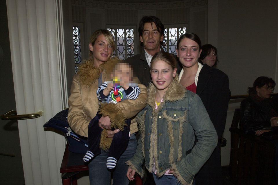 Lulu (vorne rechts mit Jeans-Jacke) im Jahr 2003 mit ihrer Familie