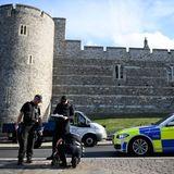 Safety first! Polizisten checken die Schachtdeckel vor Schloss Windsor.