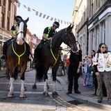 Berittene Polizisten sind ein beliebtes Fotomotiv für die royalen Fans in Windsor.