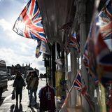 Windsor hat sich für die royale Hochzeit aufgehübscht, der Union Jack weht überall.