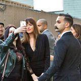 Beim Selfie-Knipsen mit den Fans zeigt sich Schauspielerin Dakota Johnson geduldig. Doch viel interessanter ist ihr Bodyguard, rechts im Bild. Attraktiv ist er ja, bis auf den buschigen Schnauzer ...