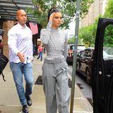 Eifrig führt Kendall Jenners muskulöser Beschützer das Model zur Limousine.