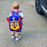 3. September 2018  Connors erster Tag im Kindergarten steht bevor. Der Rucksack des kleinen ist nahezu so groß wie er selbst.