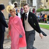 Pixie Geldof undGeorge Barnett zählen zu den ersten Gästen, die für die royale Hochzeit in Windsor ankommen. In einem rosafarbenen Kleid mit Cape von Céline zieht die Britin einige Blicke auf sich.