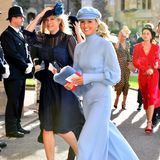 Die Ex von Prinz Harry, Chelsy Davy, kommt in einem dunkelblauen Kleid mit Spitzeneinsatz. Ihre Begleitung,Melissa Percy, kommt in einem hellblauen Jumpsuit und mit Beret-Hut.