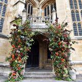 Die Blumendekoration an der Kapelle ist wunderschön herbstlich.