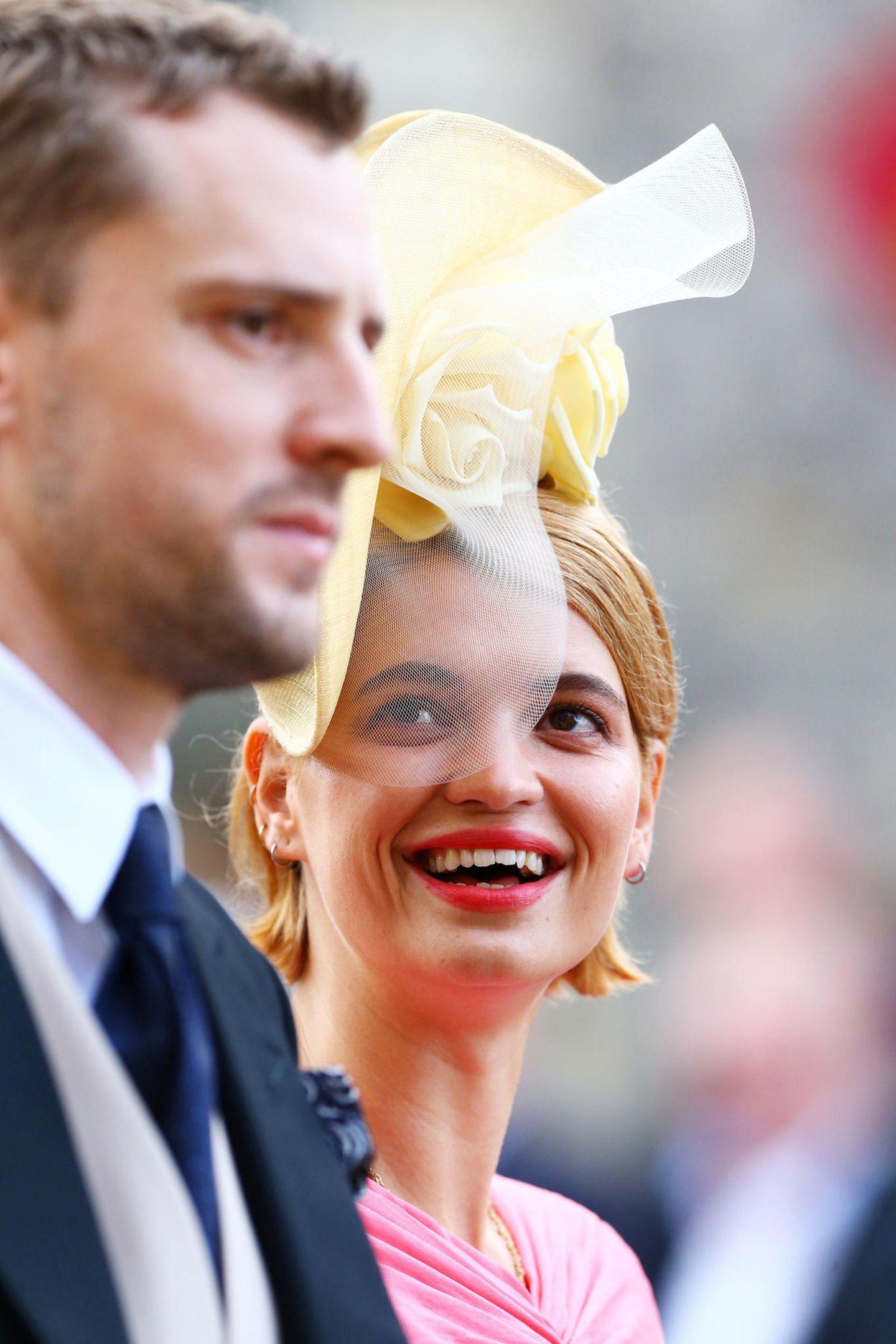 Pixie Geldof gehört an diesem besonderen Tag zu den prominentenGästen. Begleitet wird sie von ihrem MannGeorge Barnett.