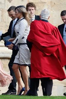 Auch Kate Moss und Liv Tyler gehören zu den prominenten Gästen der royalen Hochzeit. Während Kate Moss auf ein gepunktetes Kostüm setzt, trägt Liv Tyler einen dunkelblauen Zweiteiler.