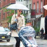 Trotz dem Schietwetter im regnerischen New York gibt sich Nicky Hilton mit Kinderwagen stylisch. Mit Tochter Teddy im Kinderwagen spaziert die Hotelerbin und Schwester von Paris Hilton durch die tristen Straßen von Manhattan.