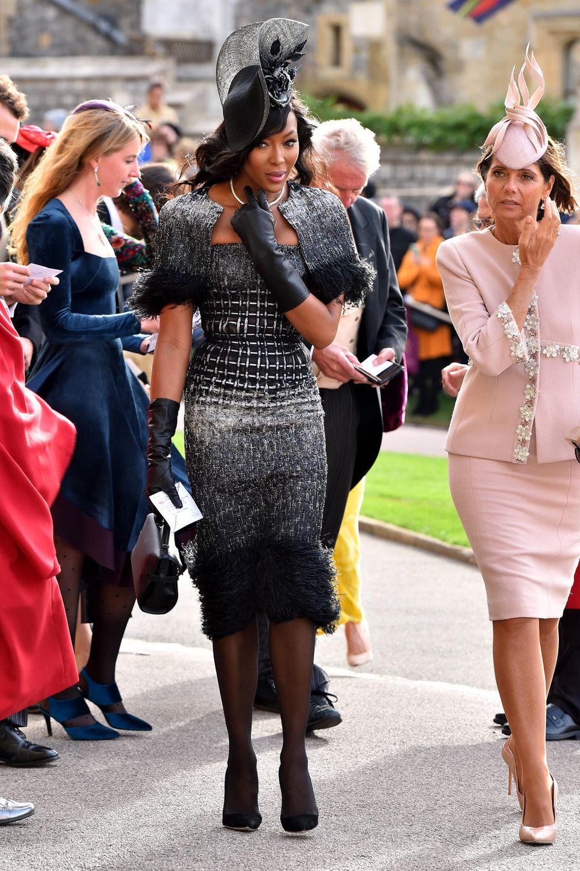 Naomi Campbell kommt in einem ganz besonderen Designerstück zur Hochzeit. Ihr Tweed-Kleid stammt von Chanel und verzückt ganz besonders durch die gepolsterten Ärmelchen.