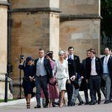 Scharnweise strömen die Hochzeitsgäste in die Kapelle, darunter auch Robbie Williams und seine Frau Ayda.