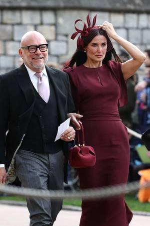 Demi Moore kommt in einem herbstlichen Rotton und mit passendem Fascinator. Ihre Handtasche scheint sie nach royalem Vorbild gewählt zu haben. Erst eine Woche zuvor hat Herzogin Meghan das gleiche Modell von Gabriela Hearst getragen.