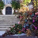 Am Westtor der St. George's Chappel leuchtet die herbstlichen Blumendeko ganz besonders schön.