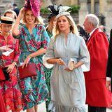 Pop-Sängerin Ellie Goulding ist in ein hellblaues Kleid mit Rüschen-Saum geschlüpft. Zusammen mit dem Taillengürtel entsteht so ein wahrer 60's-Look.