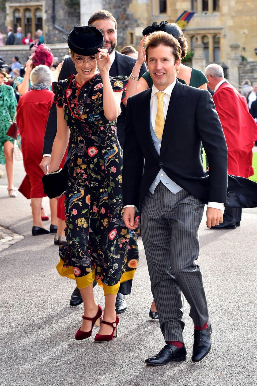 James Blunt passt sich seinerSofia Wellesley an. Er wählt seine Krawatte farblich passend zu dem Paisley-Muster ihres Kleides.