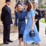 Harrys Ex-Freundin Cressida Bonas hat bei ihrer Ankunft beste Laune. Sie ist in ihrem wundervollen Kleid von Tory Burch mit Samt-Ausbrenner-Muster einfach strahlend schön.