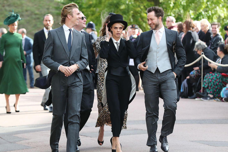 Cara Delevingne kommt in dem wohl coolsten Outfit. Sie bleibt ihrem geliebten Gentleman-Look treu und entscheidet sich für Anzug und Zylinder.