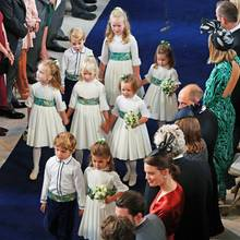 Theodora Rose Williams (6, ganz vorne rechts),die Tochter von Sänger Robbie Williams (44) und seiner Gattin Ayda Field (39), hat die Ehre, die Braut auf ihrem letzten Weg als unverheiratete Frau zu begleiten.