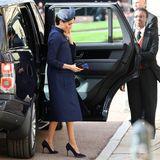Herzogin Meghan hält sich modisch zurück. Im dunkelblauen Look von Givenchy fällt sie kaum auf.