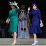 Die Brautmutter und -schwester schreiten gemeinsam in die Kapelle. Dabei macht Sarah Ferguson eine besonders gute Figur. Ihr smaragdgrünes Kleid zaubert durch Drapierungen eine tolle Taille. Beatrices Silhouette ist ebenfalls bemerkenswert in Szene gesetzt. Ihr Zweiteiler mit leichtem U-Boot-Ausschnitt und Schößchen steht ihr ausgezeichnet.
