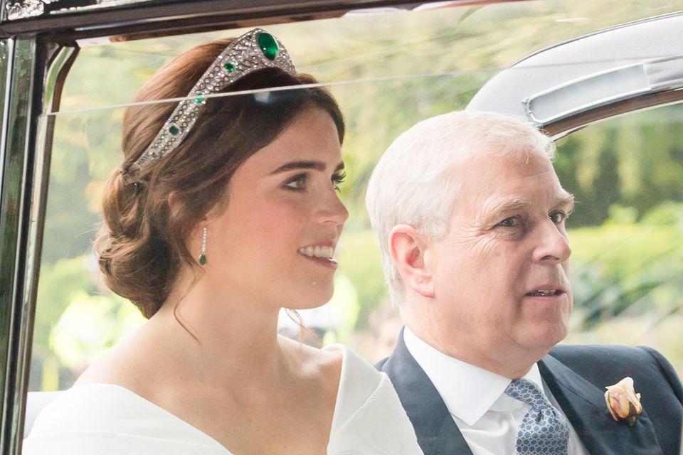 """Prinzessin Eugenie trägt an ihrem Hochzeitstag eine besondere Tiara: Die """"Greville Emerald Kokoshnik tiara"""" ist eine Leihgabe der Queen."""