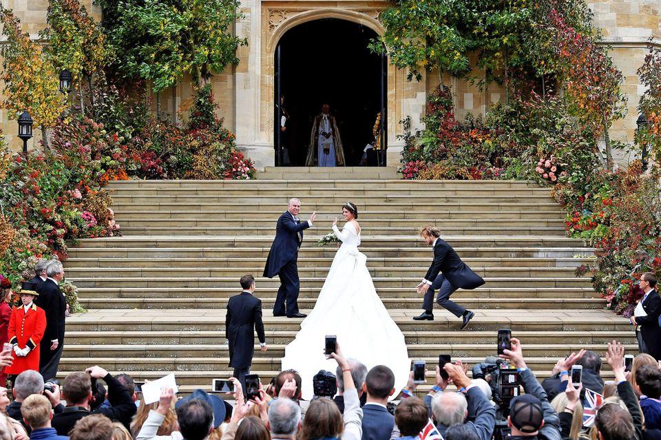 Natürlich führt der stolze Vater Prinz Andrew seine Tochter Eugenie zum Altar.