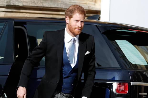Prinz Harrys Weste und Krawatte passen farblich perfekt zu Meghans dunkelblauem Outfit.